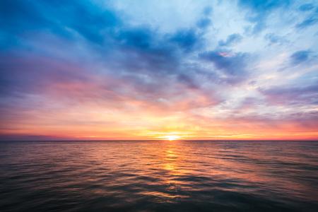 Photo pour beautiful sunset on sea in Thailand - image libre de droit
