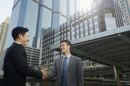 Foto de Businessmen having an agreement - Imagen libre de derechos