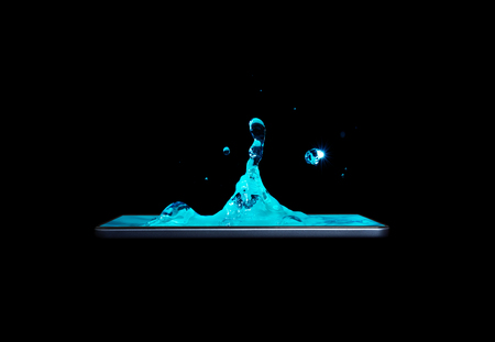 Photo pour Conceptual creative 3D volumetric photo of water drops with splashes in a smartphone isolated on a black background. Drops of water fall into the smartphone. volumetric 3D photo. - image libre de droit