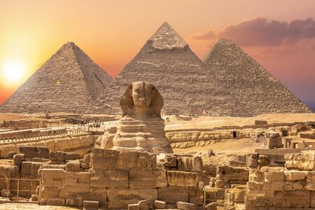 Photo pour The Sphinx and the Piramids, famous Wonder of the World, Giza, Egypt. - image libre de droit