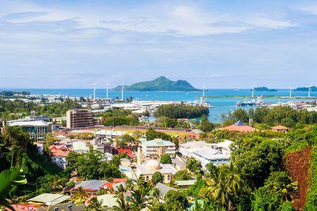 Photo pour Overlook of colourful Seychelles capital Victoria, Mahe island - image libre de droit