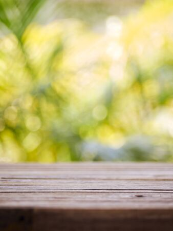 Photo pour Wooden table on blurred nature green background. Product display design. - image libre de droit