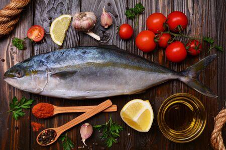 Photo pour  Fish yellowtail (Japanese amberjack) pices and vegetables - image libre de droit