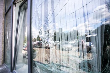Photo pour broken glass window of the modern building reflecting blue sky - image libre de droit