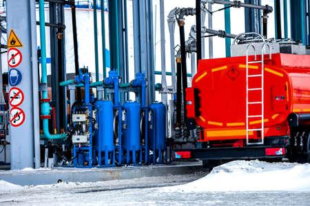 Photo pour truck at gas station on oil refinery factory - image libre de droit