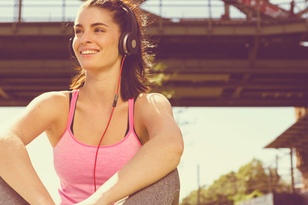Photo pour Urban girl listening to some music. city style - image libre de droit