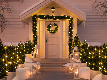 Foto de christmas decorated porch - Imagen libre de derechos