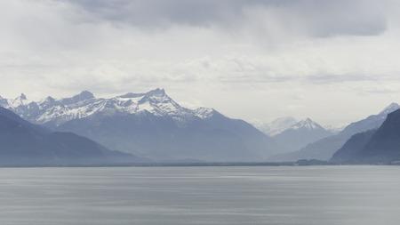 Photo pour Mountains along the lake - image libre de droit