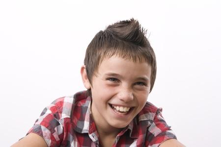 Niño de cabello castaño sonriendo