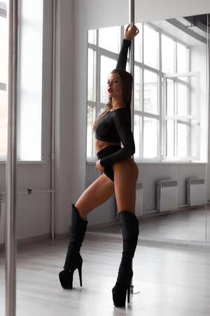 Photo pour Slim woman dancing on pole - image libre de droit