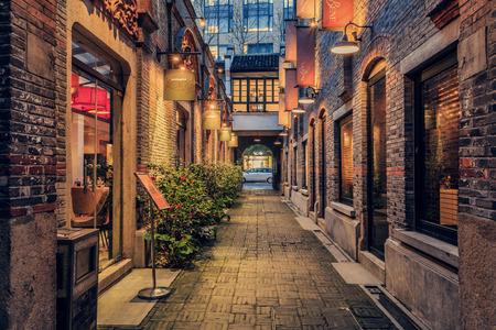 Photo pour Street and building at Xintiandi, Shanghai - image libre de droit