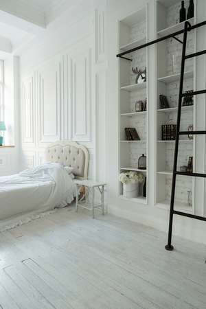 Photo pour Stylish luxury white bedroom interior design in soft day light with elegant classic furniture - image libre de droit
