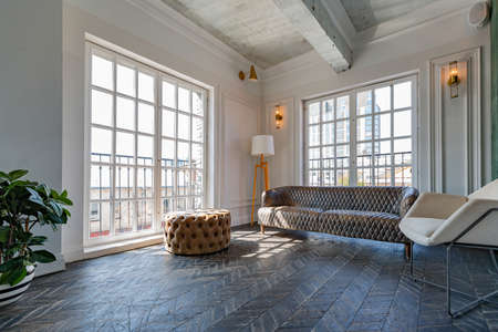 Photo pour Chic, luxurious guest room design with old-fashioned antique furniture. white walls are decorated with relief. there is a beautiful dark brown parquet on the floor. - image libre de droit