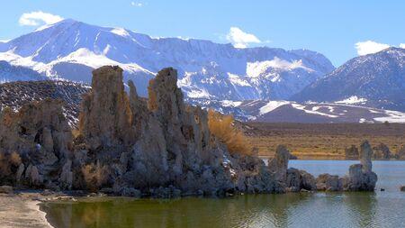 Photo pour Tufa towers columns of limestone at Mono Lake - image libre de droit