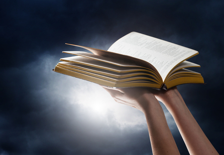 Photo pour woman reading the bible in the darkness - image libre de droit