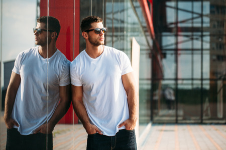 Photo pour Hipster wearing white blank t-shirt - image libre de droit