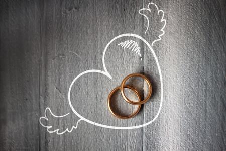 Foto de Photo of wedding ring on wooden background - Imagen libre de derechos