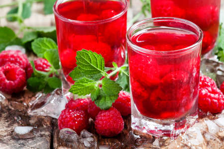 Photo pour Refreshing raspberry drink with berries, ice and mint, selective focus - image libre de droit