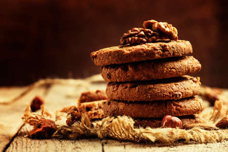 Photo pour Crispy cookies with cocoa and nuts, dark wood background, selective focus - image libre de droit