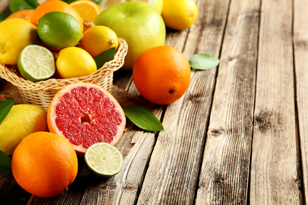 Foto de Citrus fruits on a brown wooden table - Imagen libre de derechos