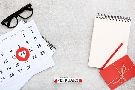 Photo pour Valentine day calendar with notepad, gift box and glasses - image libre de droit