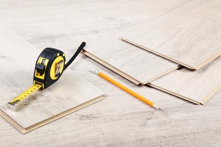 Foto de Timber laminate flooring with pencil and measuring tape - Imagen libre de derechos