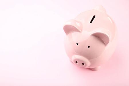 Photo pour Piggy bank on pink background - image libre de droit