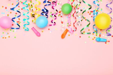 Photo pour Colorful ribbons with rubber balloons and confetti on pink background - image libre de droit