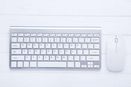 Photo pour Computer keyboard and mouse on wooden table - image libre de droit