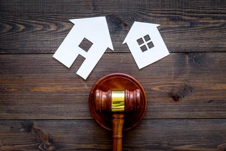 Photo pour House cutout near judge gavel on dark wooden background top view copy space. Housing law. Property division. Real estate auction - image libre de droit