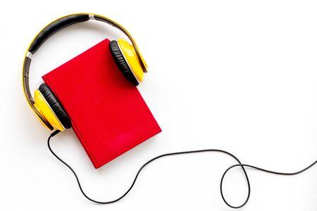 Photo pour listen to audio books with headphone on white background flatlay mock up - image libre de droit