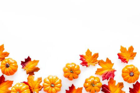 Photo pour Autumn background with leaves and pumpkins on white top view space for text frame - image libre de droit