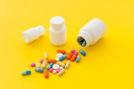 Photo pour Heap of pills with drug bottle close up - image libre de droit