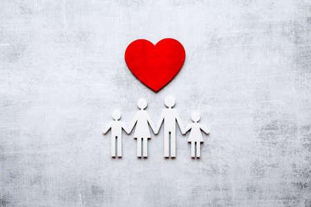 Photo pour Family wooden figure and heart shape. Life insurance concept - image libre de droit