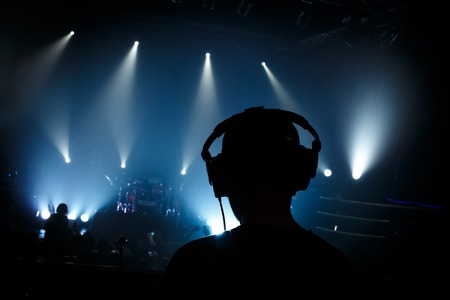 Foto de Black silhouette sound manager on rock concert - Imagen libre de derechos