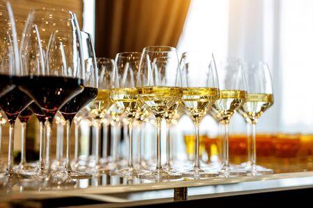 Foto de Glasses of white wine on bar counter - Imagen libre de derechos