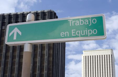 Street sign with an arrow and the Spanish words