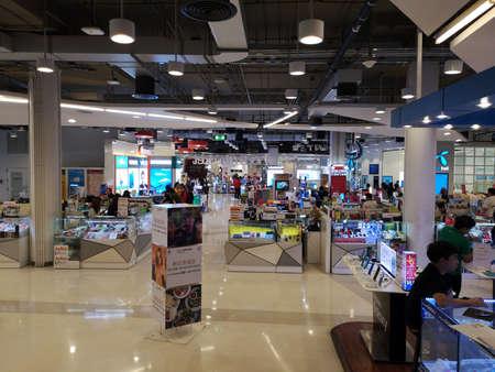 Foto für CHIANG RAI, THAILAND - MARCH 7, 2019 : unidentified people walking around mobile phone shops in department store on March 7, 2019 in Chiang rai, Thailand. - Lizenzfreies Bild
