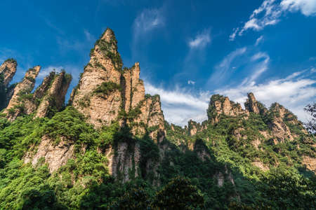 Photo pour The Gathering of Heavenly Soldiers scenic rock formations, Avatar mountains nature park, Zhangjiajie, Hunan Province, China - image libre de droit