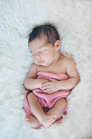 Photo pour newborn baby sleeps wrapped in a blanket - image libre de droit