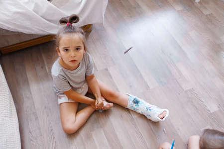 Photo pour broken leg. damage to the bones. a child paints a plaster. a girl with a marker - image libre de droit