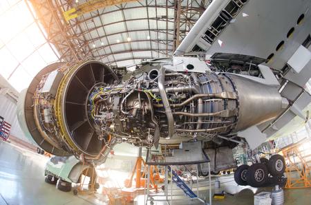 Photo pour Engine aircraft without a hood, for repair, inspection. - image libre de droit