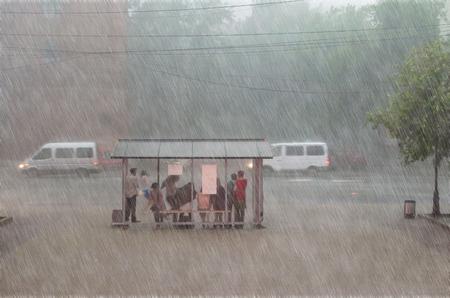 Foto de Crowd of people are hiding from heavy rain at a stop in the city - Imagen libre de derechos