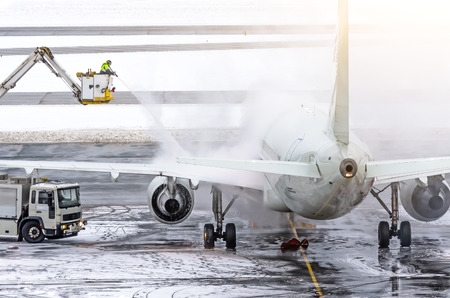 Foto de Ground crew provides de-icing. They are spraying the aircraft, which prevents the occurrence of frost - Imagen libre de derechos