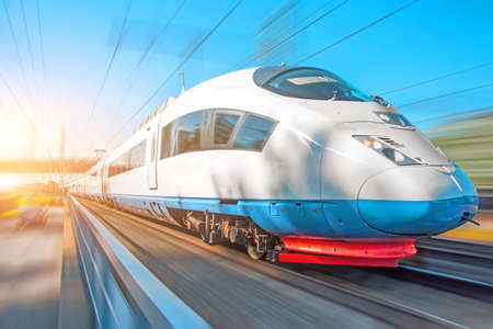 Photo pour High speed train rides at high speed at the railway station in the city - image libre de droit
