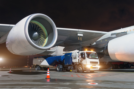 Photo pour Large aircraft jet engines, Fueling a huge airplane, a truck with fuel with hoses connected to a fuel tank - image libre de droit