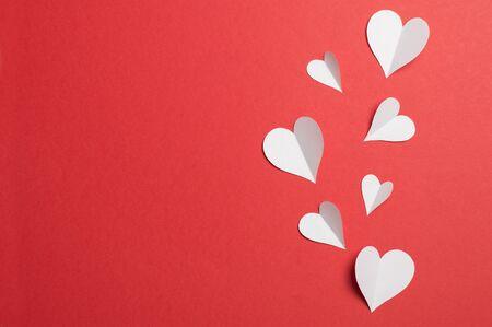 Photo pour paper hearts on a red background - image libre de droit