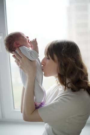 Photo pour young mother with crying baby - image libre de droit