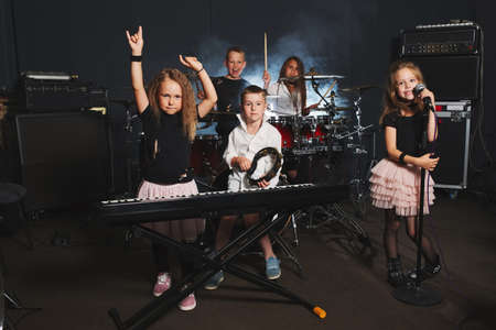 Photo pour happy children singing and playing music - image libre de droit