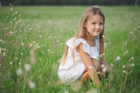 Photo pour happy little girl with long hair - image libre de droit